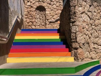 Les escales del carrer de la Creu s'han pintat amb els colors de l'arc de Sant Martí   (foto: Ajuntament de Rubí – Localpres).