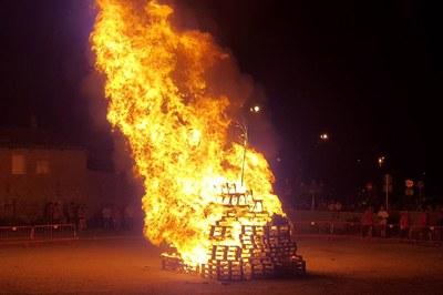 La foguera ha tornat a cremar al solar de Correus (foto: Localpres).