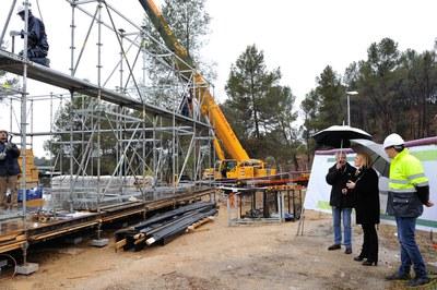 L'alcaldessa s'ha desplaçat fins a Sant Muç per assistir a l'inici del muntatge de l'estructura del prototip (foto: Localpres).