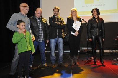 Els guardonats a la 9a edició dels Premis al civisme, en el moment de rebre el seu reconeixement (foto: Localpres).