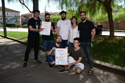 Els regidors Marta García i Moisés Rodríguez, amb membres d'algunes de les entitats col•laboradores (foto: Localpres).