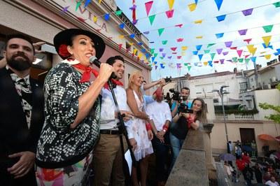 Rossy de Palma i Santiago Granizal, fent el pregó acompanyats de les autoritats municipals (foto: Localpres).