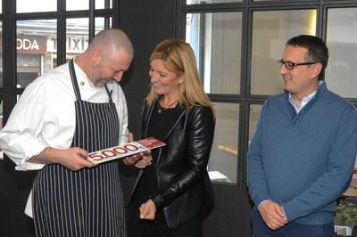 L'alcaldessa i el regidor de comerç entregant el xec de 5.000 euros al xef del  restaurant Cal Canalla, un dels establiments reconeguts l'any passat (foto: Localpres).