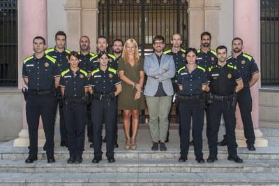 L'alcaldessa, el regidor de l'àrea de Serveis Centrals i l'inspector en cap de la Policia, acompanyats dels nous agents (foto: Cesar Font).
