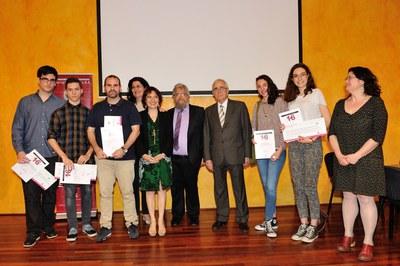 El guanyador i els finalistes del Premi de recerca Miquel Segura s'han fet una foto de família acompanyats per l'alcaldessa i altres autoritats (foto: Localpres).