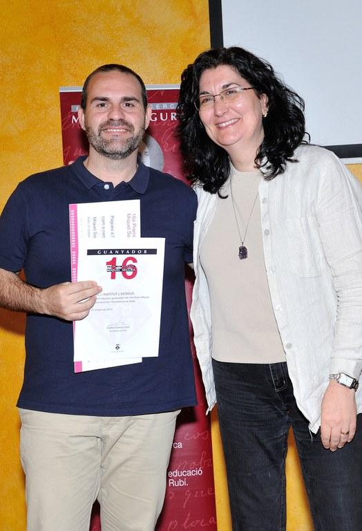 El director de l'Institut L'Estatut, Víctor García, ha recollit el guardó atorgat al centre al qual pertany l'alumne guanyador del premi (foto: Localpres)