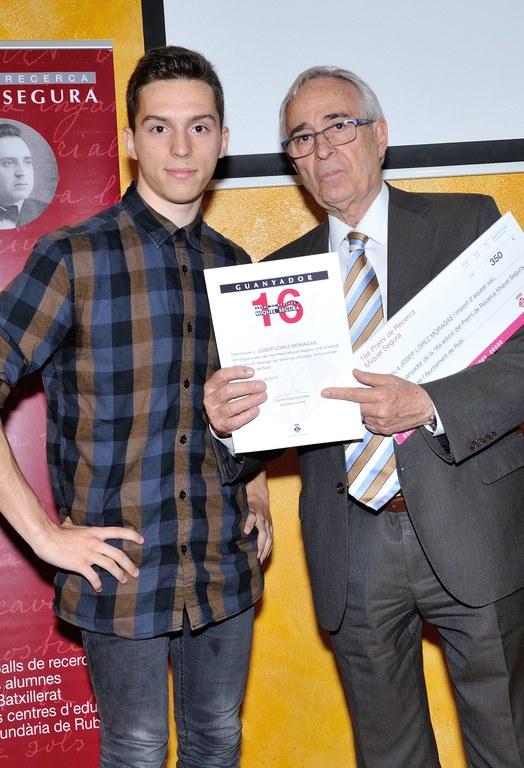 Josep López Moragas, alumne de l'Institut L'Estatut, ha obtingut el Premi de recerca Miquel Segura pel seu treball  'El ressorgir del feixisme a Europa' (foto: Localpres)
