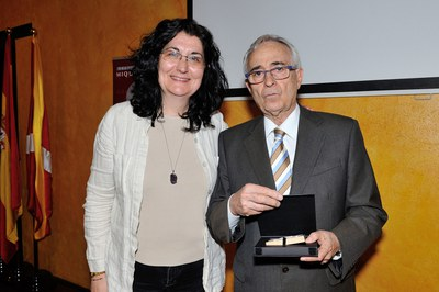 L'alcaldessa, Carme García, ha lliurat un regal institucional a la família Segura (foto: Localpres)