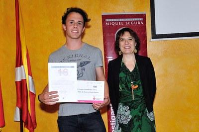 Un company del Col·legi Maristes ha recollit el reconeixement a la primera finalista, Núria Garriga, en nom seu (foto: Localpres)