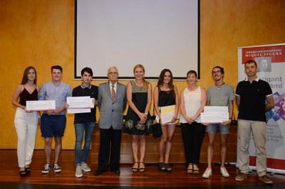 Alcaldessa, regidors i família de Miquel Segura, amb el guanyadors i els finalistes d'aquesta edició (foto: Localpres).