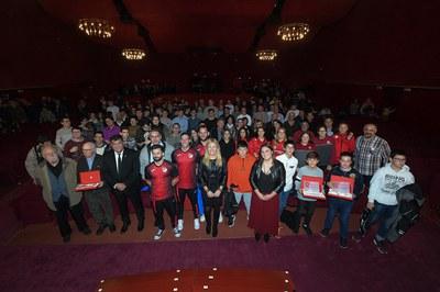 L'alcaldessa i els regidors, amb els guardonats (foto: Ajuntament - Localpres).
