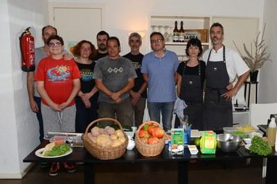 El regidor Rafael Güeto, amb una part dels establiments i productors participants (foto: Localpres).