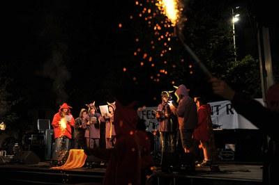 Un dels moments més esperats de la festa són els Versots dels Diables (foto: Lídia Larrosa).
