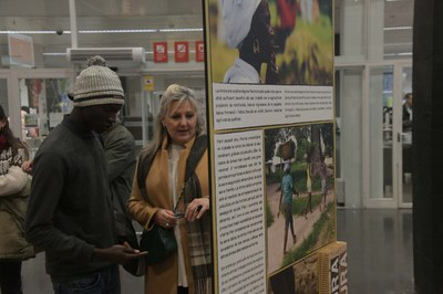 La mostra es pot visitar al vestíbul de la biblioteca (Foto: Ajuntament/Localpres).