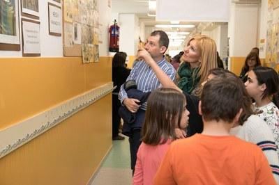 L'alcaldessa i el regidor d'Educació, escoltant les explicacions dels alumnes sobre la línia del temps (foto: Localpres).