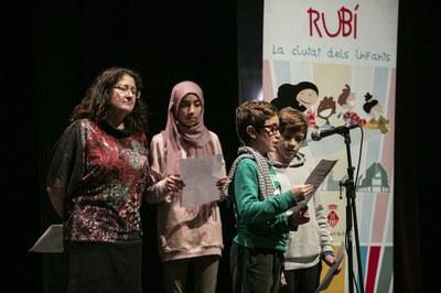 Durant l'acte també s'ha llegit el manifest del Dia Universal dels Drets de la Infància (foto: Ajuntament – Lali Puig)