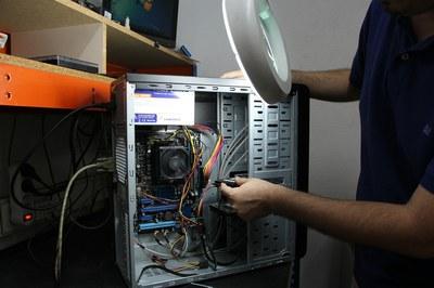 Durant un dels ECOtallers, els assistents aprendran a reparar i a fer el manteniment d'un ordinador.