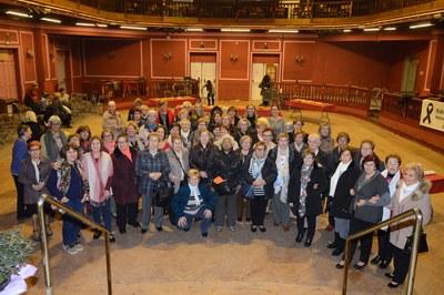 L'alcaldessa i la regidora, juntament amb les assistents al berenar i ball de dones d'aquest dimecres (foto: Localpres).