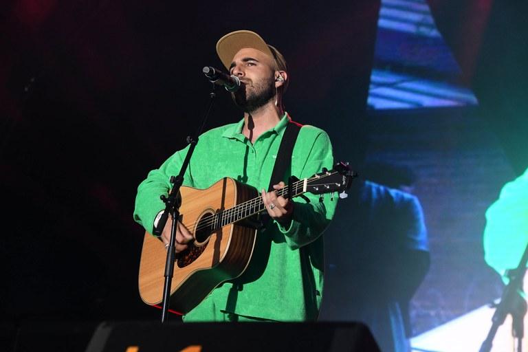 Nil Moliner va interpretar tres cançons acompanyat únicament de la seva guitarra (foto: Ajuntament de Rubí - Localpres)
