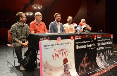 El regidor de Cultura, Moisés Rodríguez, i el director de La Sala, Àngel Miguel, amb Rubén Ferrer, Rubén Yuste i Xavier Serrat (foto: Localpres).