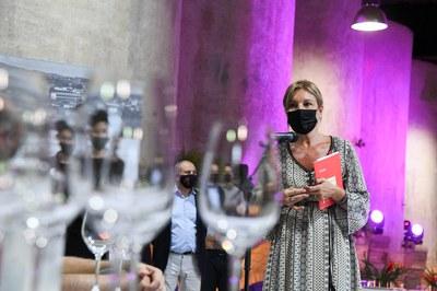 L'alcaldessa, donant la benvinguda a la vintena de tastadors al Celler (foto: Ajuntament de Rubí – Localpres).