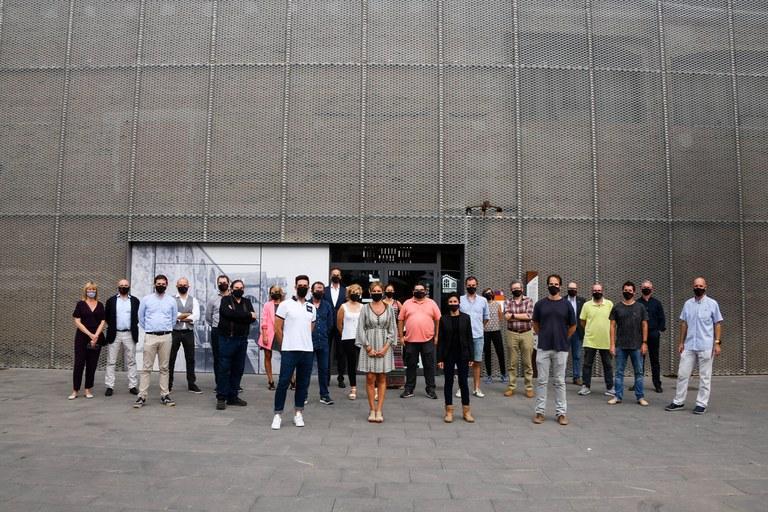 Foto de grup dels i les participants al tast final dels Premis Vinari (foto: Ajuntament de Rubí – Localpres)