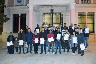 Mª Carmen Cebrián i Pau Navarro, amb les persones que han rebut el Certificat d'Acollida (foto: Ajuntament – Localpres).