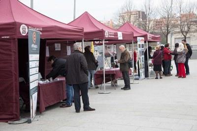 La Fira d'entitats de promoció de les energies renovables es va ubicar a la plaça de la Nova Estació (foto: Localpres).