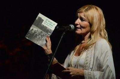 L'alcaldessa ha lliurat un exemplar del llibre a cadascuna de les entitats veïnals del barri (foto: Localpres).
