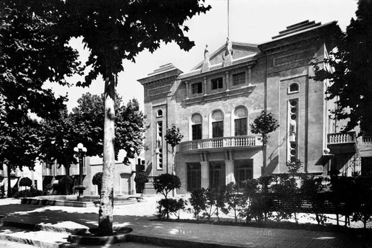 Plaça Salmeron en el moment de la seva inauguració (Fons Puig Gairalt. Arxiu del Col·legi d'Arquitectes de Catalunya)