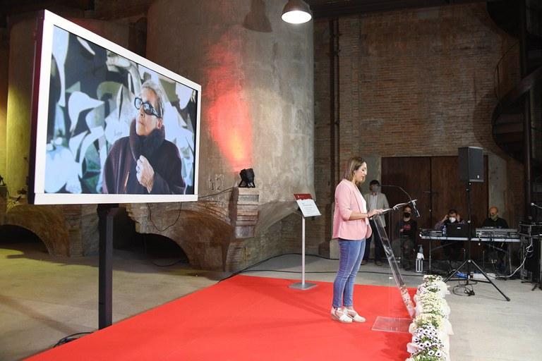 Miriam Castillo, fent lectura de la carta de la família durant l'acte de canvi de nom de la plaça (foto: Ajuntament de Rubí - Localpres)