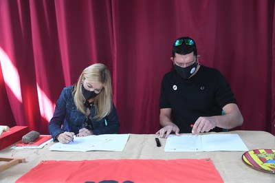 L'alcaldessa de Rubí, Ana María Martínez Martínez, i l'alcalde d'Els Guiamets, Miquel Perelló Segura, signant l'agermanament (foto: Ajuntament de Rubí - Localpres).