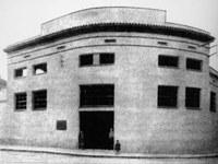 1911. L'edifici que actualment ocupa la sabateria Bendranas, a l'avinguda de Barcelona, va ser la primera Casa Consistorial i la primera seu de la Policia Local..