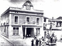 1925. L'Ajuntament va canviar d'ubicació, a l'actual edifici de la plaça de Pere Aguilera, i la planta baixa del nou espai es va convertir en la direcció de la Guàrdia Urbana i la comissaria de Mossos d'Esquadra.