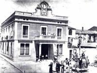 1925. L'Ajuntament va canviar d'ubicació, a l'actual edifici de la plaça de Pere Aguilera, i la planta baixa del nou espai es va convertir en la direcció de la Guàrdia Urbana i la comissaria de Mossos d'Esquadra..