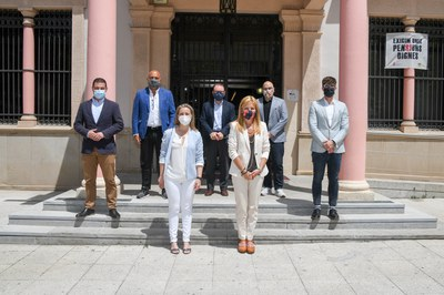 The institutional representatives of the two municipalities in front of the doors to City Hall (photo: Rubí City Council - Localpres).