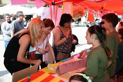 La alcaldesa y la concejala del Área de Servicios a las Personas, interesándose por algunos de los productos del alumnado (foto: Localpres).