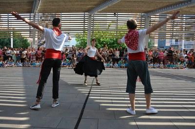 Monitores del Esbart Dansaire de Rubí, bailando 'Les Danses de Vilanova' (foto: Localpres)