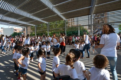 Los niños, durante el baile conjunto.