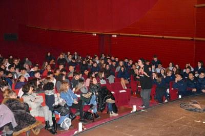 El espectáculo interactúa constantemente con las personas del público (foto: Ayuntamiento de Rubi).