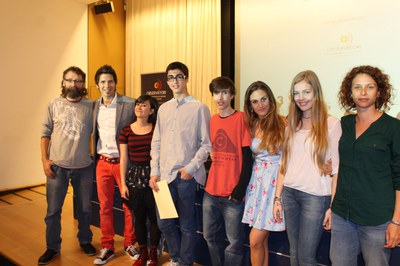 Los alumnos de los Maristes, después de recoger el premio el año pasado (foto: Observatori de les dones en els mitjans de comunicació).