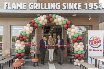 La alcaldesa con los responsables de Burger King (Foto: Cesar Font).