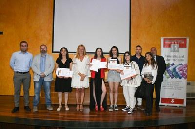 La alcaldesa y el regidor de educación con las premiadas y miembros de la família Segura (foto: Ajuntament – Localpres) .