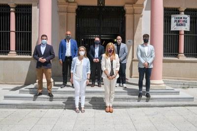 Los y las representantes institucionales de los dos municipios a las puertas del Ayuntamiento (foto: Ayuntamiento de Rubí - Localpres).