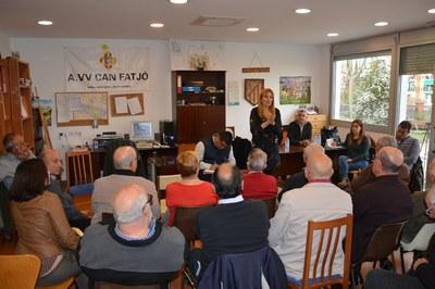 La alcaldesa, Ana María Martínez, y el concejal de Obra Pública, Juan López, en la reunión con los vecinos de Can Fatjó.