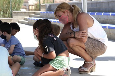 La alcaldesa, durante la visita a uno de los casales de verano que se ofrecen en la ciudad (foto: Ayuntamiento de Rubí - Localpres).