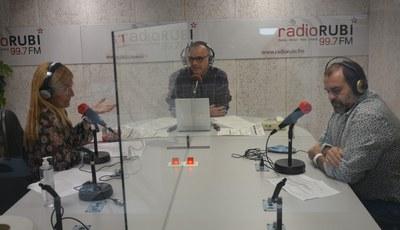 Momento de la entrevista en los estudios de Ràdio Rubí (Foto: Ayuntamiento).