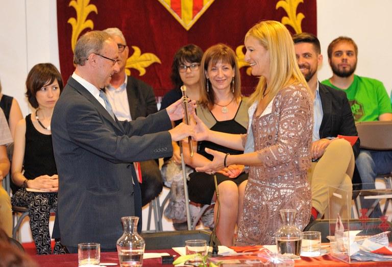 Ana M Martínez recogiendo la vara de mando