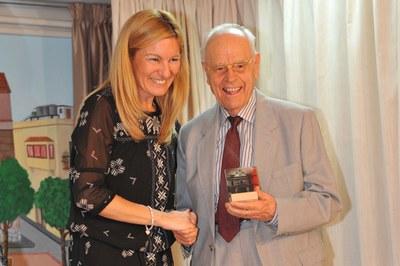 La alcaldesa ha entregado un reconocimiento a Pere Padrós, uno de los homenajeados (foto: Localpres)