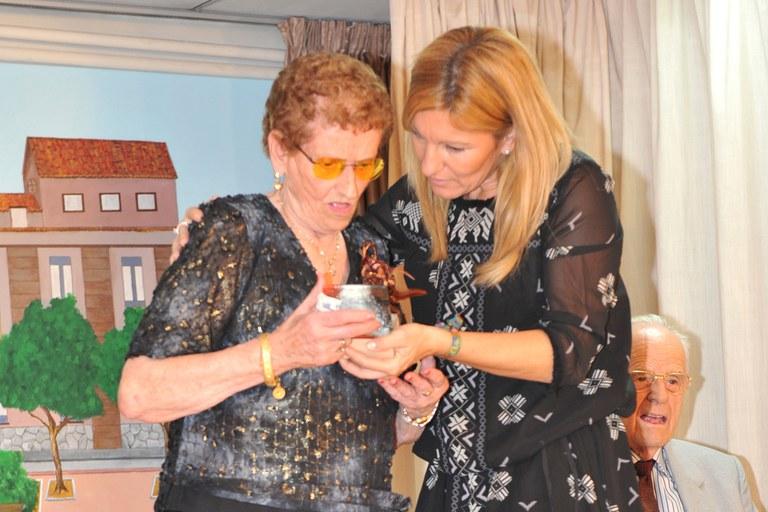 Palmira Gallart también ha sido homenajeada por la alcaldesa (foto: Localpres)